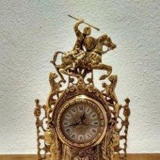 Relojes automáticos: RELOJ DE SOBREMESA CON FIGURA DE CABALLERO. A JUEGO CON DOS CANDELABROS.. Lote 155093966