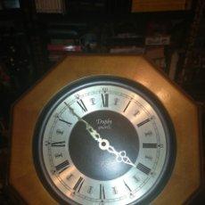 Relojes automáticos: BONITO RELOJ ANTIGUO DE PARED MARCO DE MADERA MARCA TROPHY QUARTZ. Lote 173558505