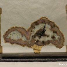 Relojes automáticos: RELOJ MONTADO SOBRE PLACA DE ÁGATA, ENMARCADO EN ELEGANTE ESTRUCTURA METÁLICA.. Lote 204483326
