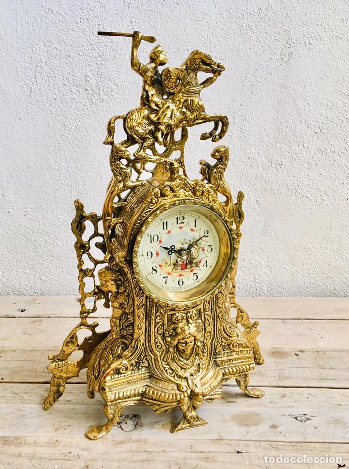 Relojes automáticos: RELOJ DE BRONCE DE SOBREMESA AÑOS 60s CON FIGURA DE JINETE A CABALLO Y MÁQUINA DE CUARZO - Foto 2 - 216404468