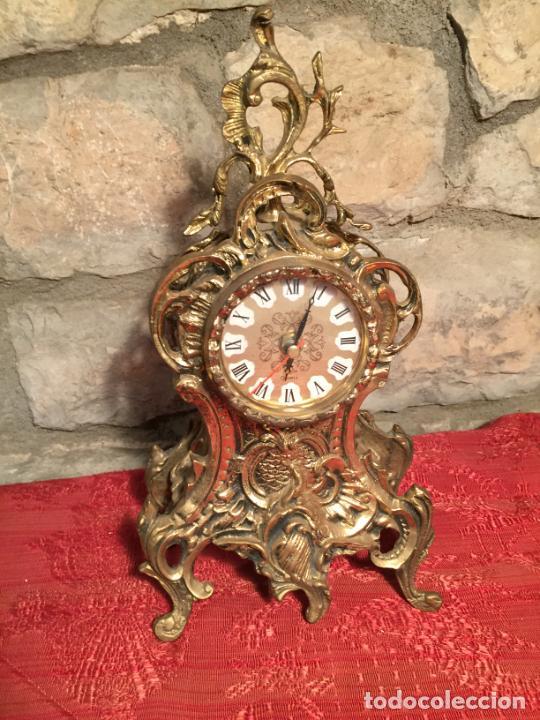 Relojes automáticos: Antiguo reloj de bronce con bonita caja de estilo barroco con maquinaría de los años 80 - Foto 2 - 224393793
