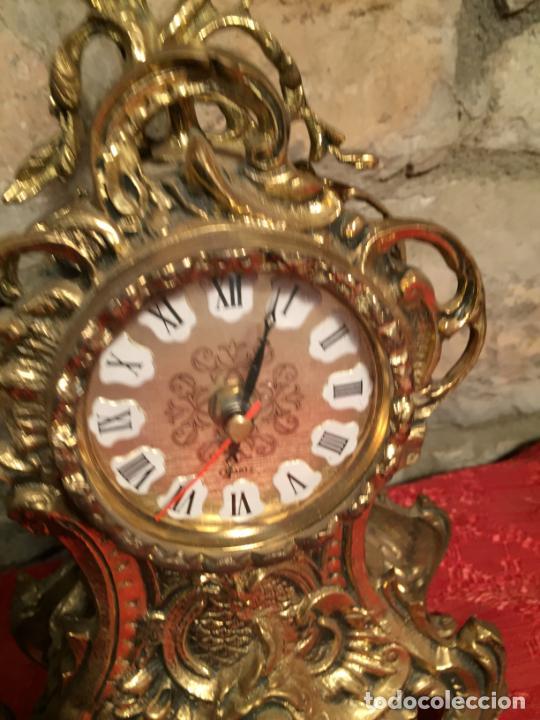 Relojes automáticos: Antiguo reloj de bronce con bonita caja de estilo barroco con maquinaría de los años 80 - Foto 3 - 224393793