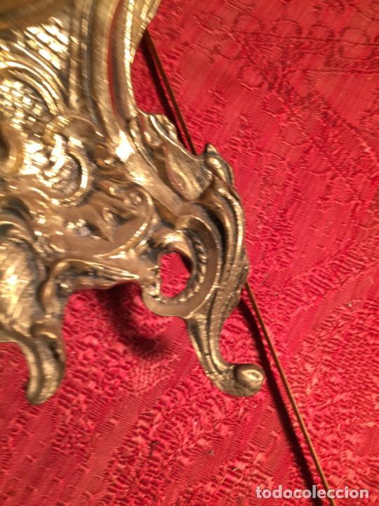 Relojes automáticos: Antiguo reloj de bronce con bonita caja de estilo barroco con maquinaría de los años 80 - Foto 7 - 224393793
