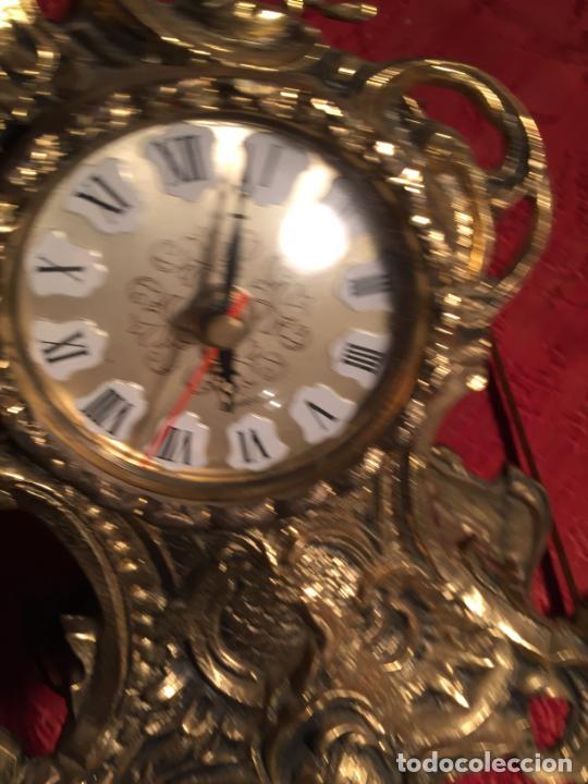 Relojes automáticos: Antiguo reloj de bronce con bonita caja de estilo barroco con maquinaría de los años 80 - Foto 9 - 224393793