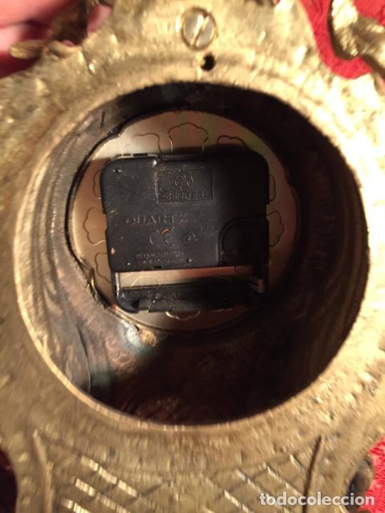 Relojes automáticos: Antiguo reloj de bronce con bonita caja de estilo barroco con maquinaría de los años 80 - Foto 12 - 224393793