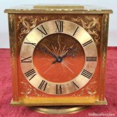 Relojes automáticos: RELOJ Y ESTACIÓN METEREOLÓGICA DE SOBREMESA. FUIMI. LATÓN CINCELADO. CIRCA 1950.. Lote 233649945