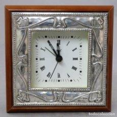 Relojes automáticos: RELOJ ELÉCTRICO A PILAS CON MARCO DE PLATA Y CAJA DE MADERA SIGLO XX FUNCIONA. Lote 238772180