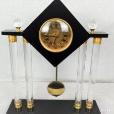 Relojes automáticos: RELOJ DE SOBREMESA EN METACRILATO CON PENDULO. Lote 241108315