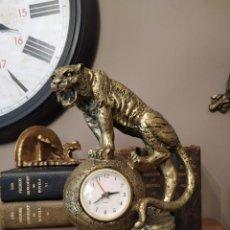 Relojes automáticos: RELOJ FIGURA TIGRE SOBRE BOLA TERRAQUEA PATINA DORADA MATERIAL RESINA?. Lote 244702435