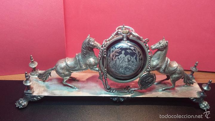 Relojes de bolsillo: Bello conjunto del siglo XIX formado por un reloj de tirete, leontina y su relojera de plata maciza - Foto 2 - 49055502