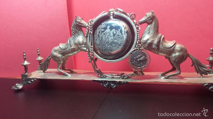 Relojes de bolsillo: Bello conjunto del siglo XIX formado por un reloj de tirete, leontina y su relojera de plata maciza - Foto 3 - 49055502