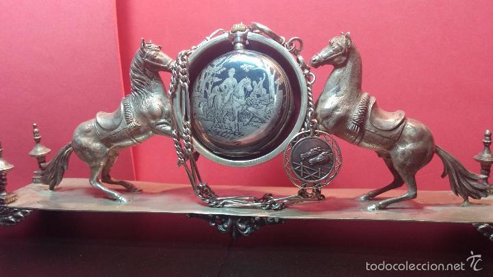 Relojes de bolsillo: Bello conjunto del siglo XIX formado por un reloj de tirete, leontina y su relojera de plata maciza - Foto 4 - 49055502