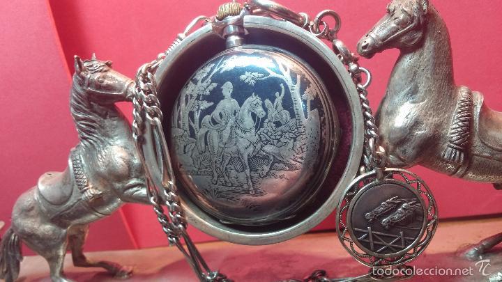 Relojes de bolsillo: Bello conjunto del siglo XIX formado por un reloj de tirete, leontina y su relojera de plata maciza - Foto 5 - 49055502