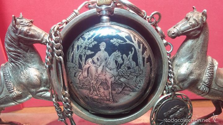 Relojes de bolsillo: Bello conjunto del siglo XIX formado por un reloj de tirete, leontina y su relojera de plata maciza - Foto 6 - 49055502