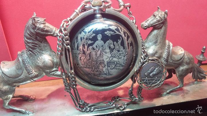 Relojes de bolsillo: Bello conjunto del siglo XIX formado por un reloj de tirete, leontina y su relojera de plata maciza - Foto 8 - 49055502