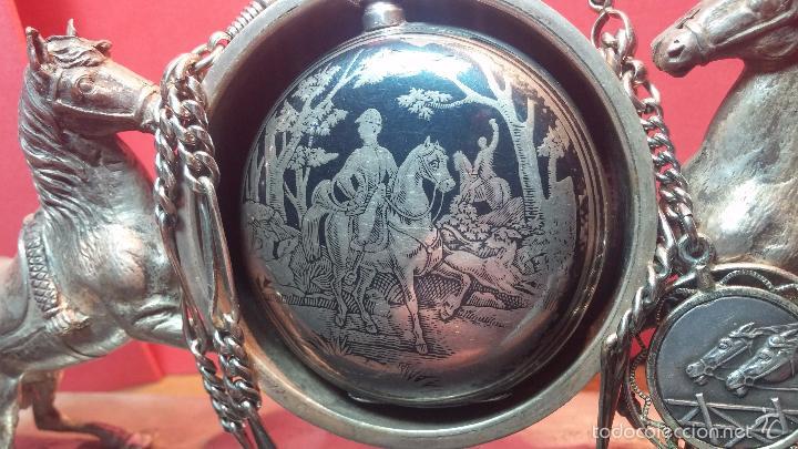 Relojes de bolsillo: Bello conjunto del siglo XIX formado por un reloj de tirete, leontina y su relojera de plata maciza - Foto 10 - 49055502