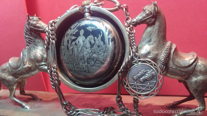 Relojes de bolsillo: Bello conjunto del siglo XIX formado por un reloj de tirete, leontina y su relojera de plata maciza - Foto 12 - 49055502