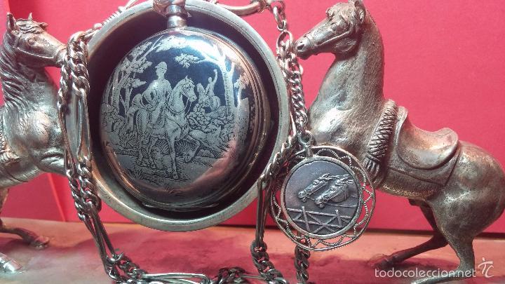 Relojes de bolsillo: Bello conjunto del siglo XIX formado por un reloj de tirete, leontina y su relojera de plata maciza - Foto 13 - 49055502