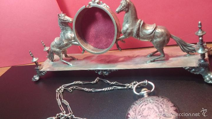 Relojes de bolsillo: Bello conjunto del siglo XIX formado por un reloj de tirete, leontina y su relojera de plata maciza - Foto 17 - 49055502