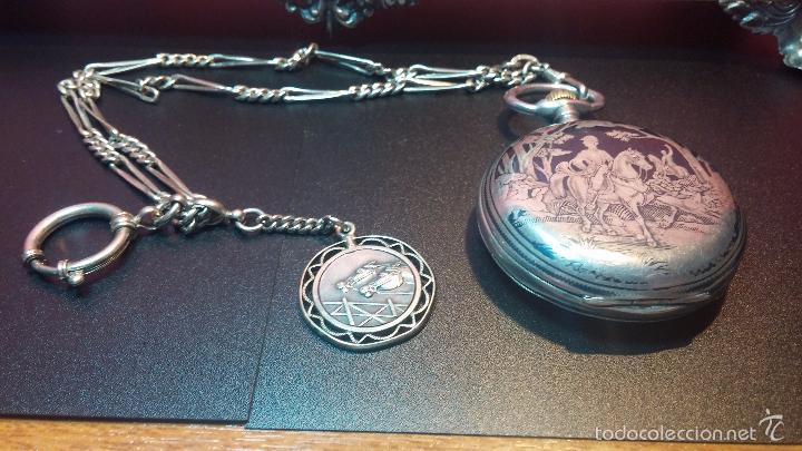 Relojes de bolsillo: Bello conjunto del siglo XIX formado por un reloj de tirete, leontina y su relojera de plata maciza - Foto 26 - 49055502
