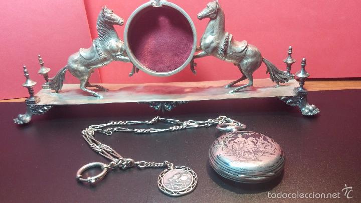 Relojes de bolsillo: Bello conjunto del siglo XIX formado por un reloj de tirete, leontina y su relojera de plata maciza - Foto 28 - 49055502