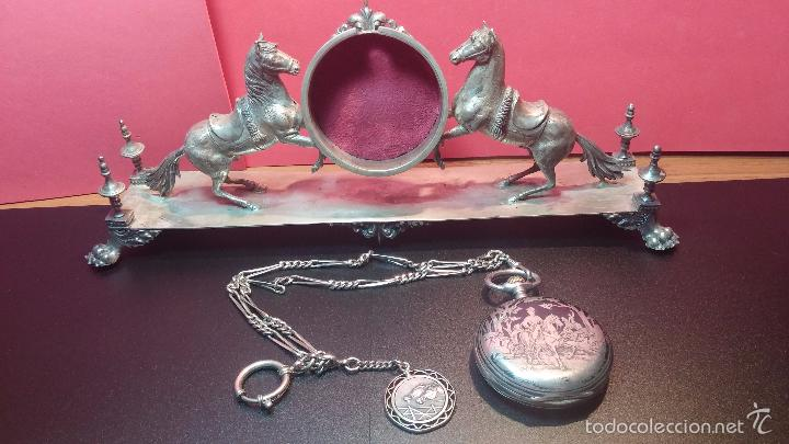 Relojes de bolsillo: Bello conjunto del siglo XIX formado por un reloj de tirete, leontina y su relojera de plata maciza - Foto 29 - 49055502