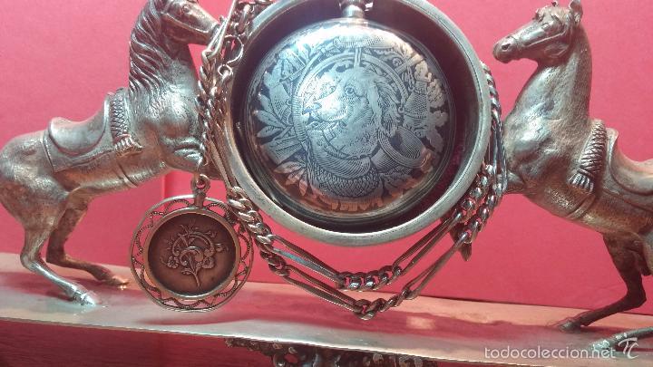 Relojes de bolsillo: Bello conjunto del siglo XIX formado por un reloj de tirete, leontina y su relojera de plata maciza - Foto 31 - 49055502