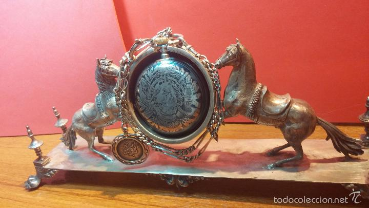Relojes de bolsillo: Bello conjunto del siglo XIX formado por un reloj de tirete, leontina y su relojera de plata maciza - Foto 33 - 49055502