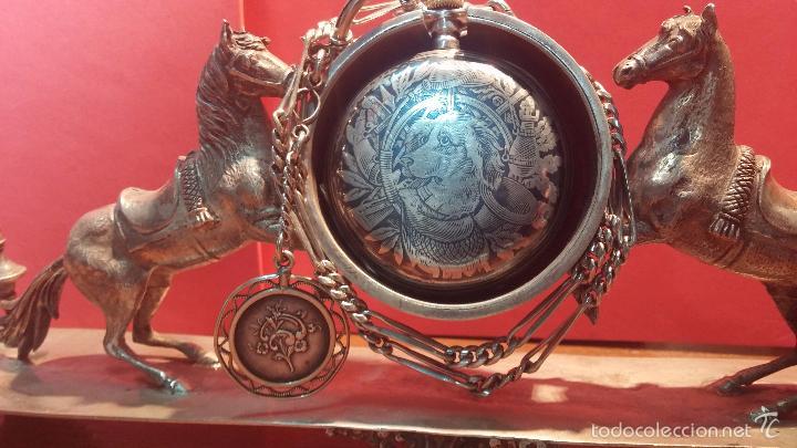 Relojes de bolsillo: Bello conjunto del siglo XIX formado por un reloj de tirete, leontina y su relojera de plata maciza - Foto 35 - 49055502