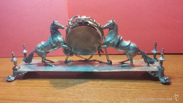 Relojes de bolsillo: Bello conjunto del siglo XIX formado por un reloj de tirete, leontina y su relojera de plata maciza - Foto 39 - 49055502