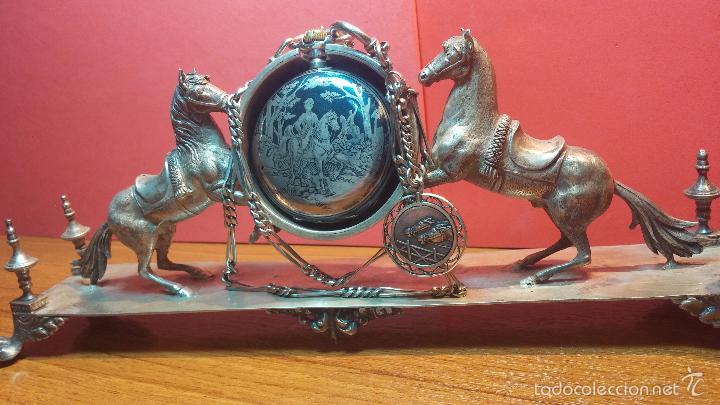 Relojes de bolsillo: Bello conjunto del siglo XIX formado por un reloj de tirete, leontina y su relojera de plata maciza - Foto 43 - 49055502