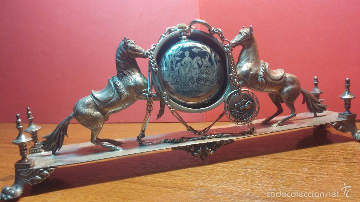 Relojes de bolsillo: Bello conjunto del siglo XIX formado por un reloj de tirete, leontina y su relojera de plata maciza - Foto 44 - 49055502