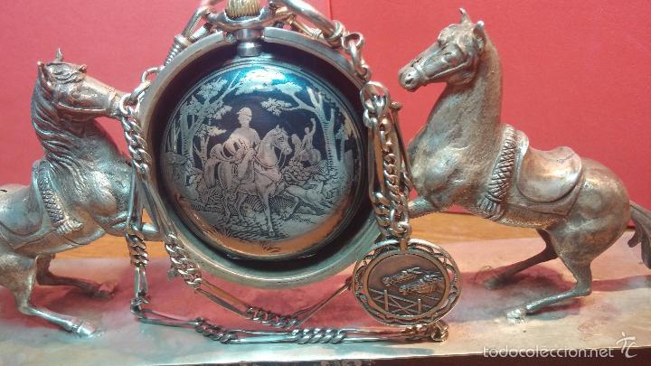 Relojes de bolsillo: Bello conjunto del siglo XIX formado por un reloj de tirete, leontina y su relojera de plata maciza - Foto 47 - 49055502