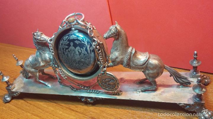Relojes de bolsillo: Bello conjunto del siglo XIX formado por un reloj de tirete, leontina y su relojera de plata maciza - Foto 48 - 49055502