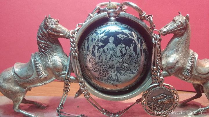 Relojes de bolsillo: Bello conjunto del siglo XIX formado por un reloj de tirete, leontina y su relojera de plata maciza - Foto 49 - 49055502