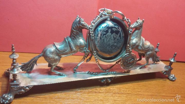 Relojes de bolsillo: Bello conjunto del siglo XIX formado por un reloj de tirete, leontina y su relojera de plata maciza - Foto 50 - 49055502