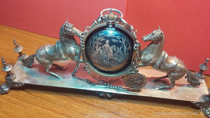 Relojes de bolsillo: Bello conjunto del siglo XIX formado por un reloj de tirete, leontina y su relojera de plata maciza - Foto 51 - 49055502