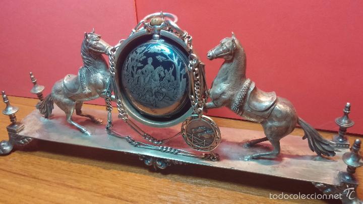 Relojes de bolsillo: Bello conjunto del siglo XIX formado por un reloj de tirete, leontina y su relojera de plata maciza - Foto 52 - 49055502