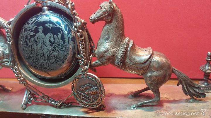Relojes de bolsillo: Bello conjunto del siglo XIX formado por un reloj de tirete, leontina y su relojera de plata maciza - Foto 53 - 49055502