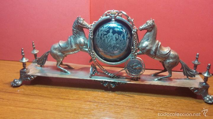 Relojes de bolsillo: Bello conjunto del siglo XIX formado por un reloj de tirete, leontina y su relojera de plata maciza - Foto 54 - 49055502