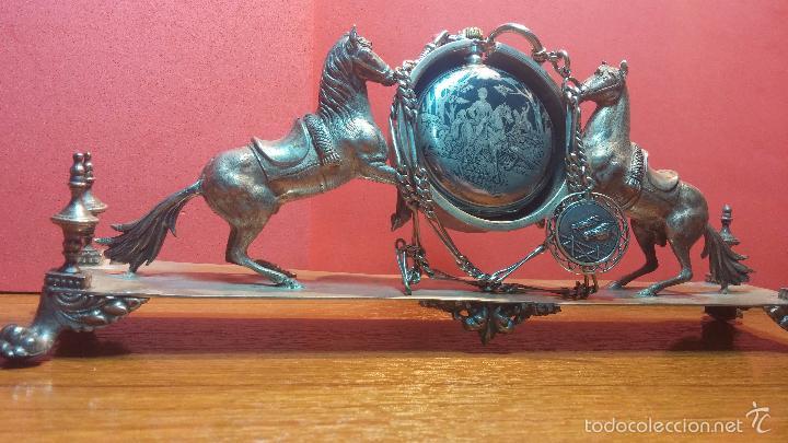 Relojes de bolsillo: Bello conjunto del siglo XIX formado por un reloj de tirete, leontina y su relojera de plata maciza - Foto 55 - 49055502