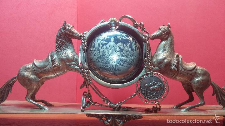 Relojes de bolsillo: Bello conjunto del siglo XIX formado por un reloj de tirete, leontina y su relojera de plata maciza - Foto 56 - 49055502