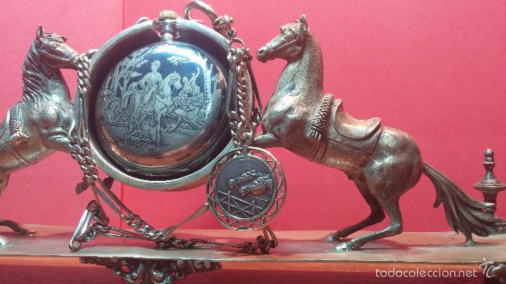 Relojes de bolsillo: Bello conjunto del siglo XIX formado por un reloj de tirete, leontina y su relojera de plata maciza - Foto 57 - 49055502