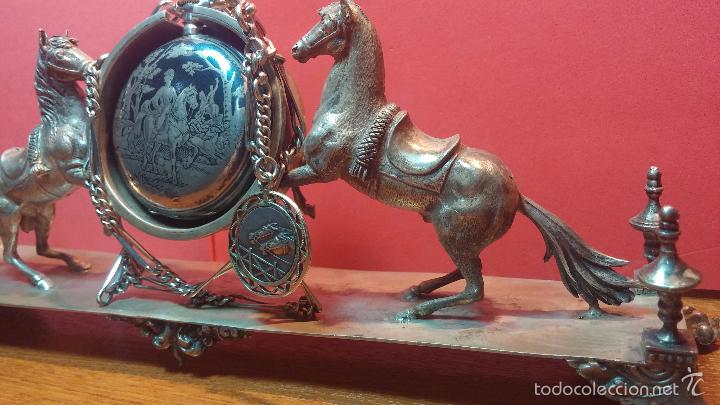 Relojes de bolsillo: Bello conjunto del siglo XIX formado por un reloj de tirete, leontina y su relojera de plata maciza - Foto 58 - 49055502