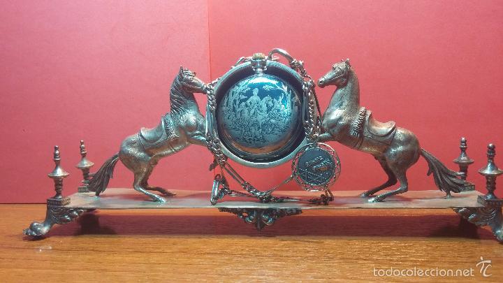 Relojes de bolsillo: Bello conjunto del siglo XIX formado por un reloj de tirete, leontina y su relojera de plata maciza - Foto 60 - 49055502