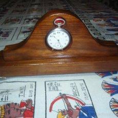 Relojes de bolsillo: RELOJERA PORTA RELOJ DE BOLSILLO DE MADERA COLOR CLARA. Lote 59458095