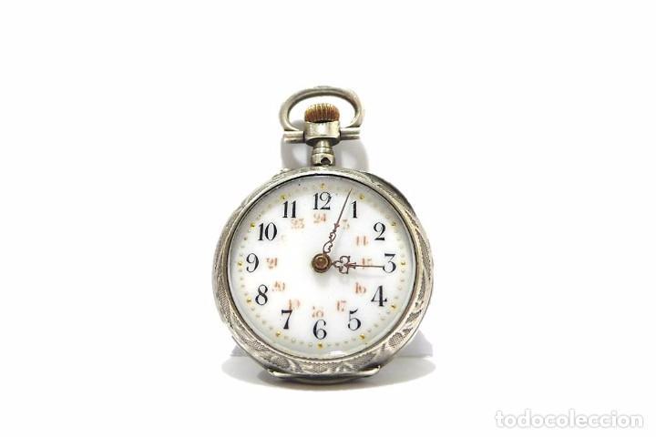ANTIGUO Y PEQUEÑO RELOJ DE BOLSILLO DE MUJER EN PLATA CINCELADA ESFERA DE PORCELANA - FINALES S.XIX (Relojes - Bolsillo Carga Manual)