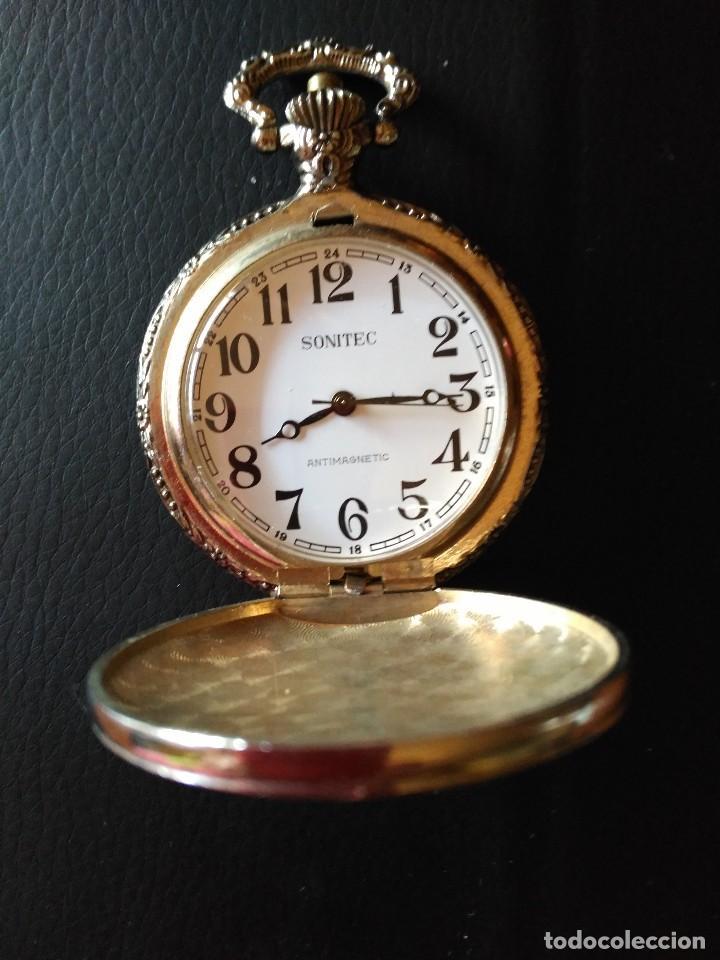 Relojes de bolsillo: Bonito reloj de bolsillo con antiguo coche grabado en relieve en la tapa. No funciona - Foto 2 - 74294727