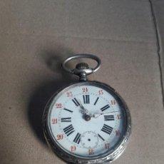 Relojes de bolsillo: RELOJ ANTIGUO DE BOLSILLO DE PLATA LABRADA BUEN TAMAÑO CANTOS LABRADOS FUNCIONA PARA COLECION . Lote 98794015