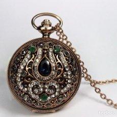 Relojes de bolsillo: RELOJ DE BOLSILLO JOYA EN EN COBRE ANTIGUO Y ADORNADO CON PIEDRAS PRECIOSAS Y GRABADOS. Lote 102047191